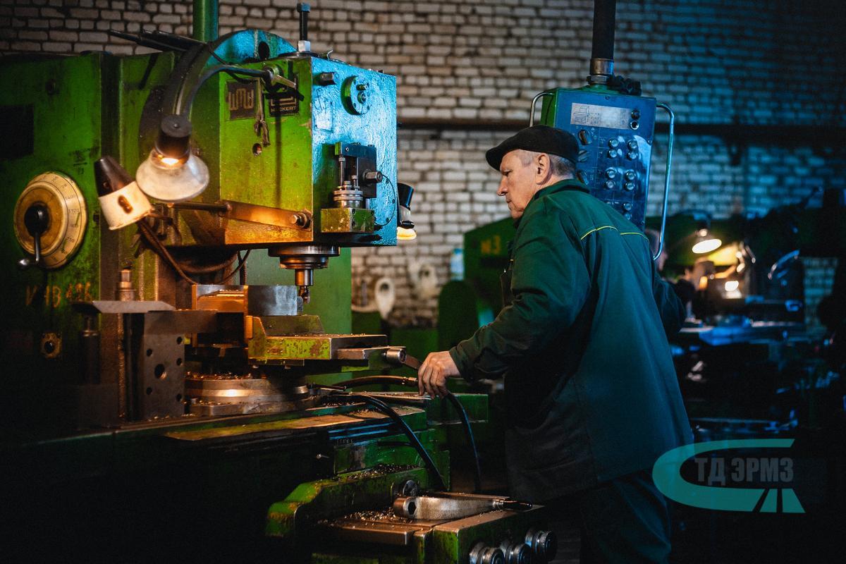 На нашем предприятии работают опытные фрезеровщики имеющие шестой разряд